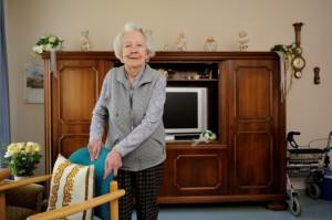 Johanna Kortenbusch hat sich in ihrem großen Zimmer mit eigenen liebgewordenen Möbeln eingerichtet