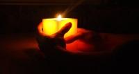 Brennende Kerze in zwei Händen